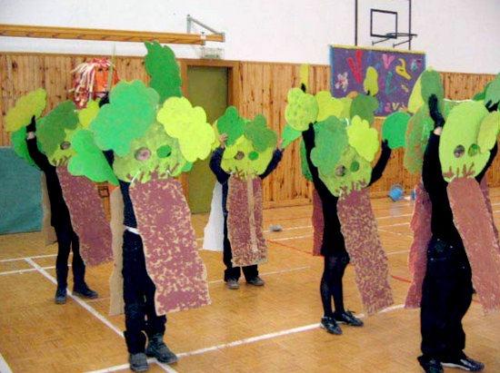 Como hacer un disfraz de arbol con carton - Imagui